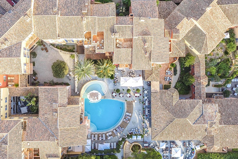Hôtel de luxe 5 étoiles palace Le Byblos vu du ciel