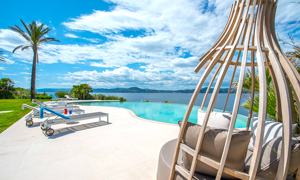 Infinity swimming pool overlooking the Mediterranean
