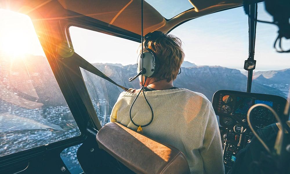 Passagère dans un hélicoptère admirant la vue