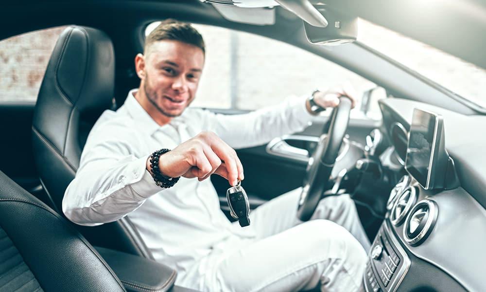 Chauffeur dans une voiture de luxe