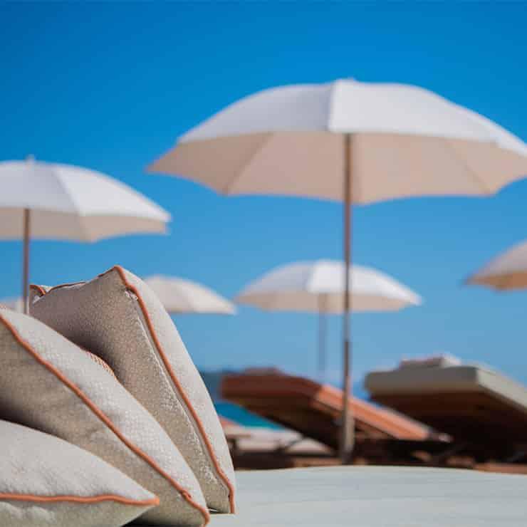 Transat et parasol à la Réserve à la Plage Ramatuelle, Golfe de Saint-Tropez