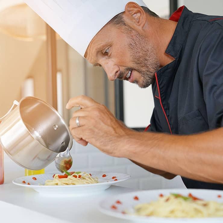 Chef préparant un repas dans une villa à Monaco