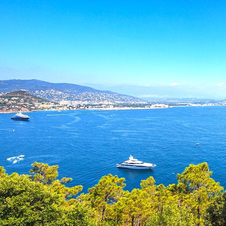 Vue de la baie de Cannes depuis une villa de luxe