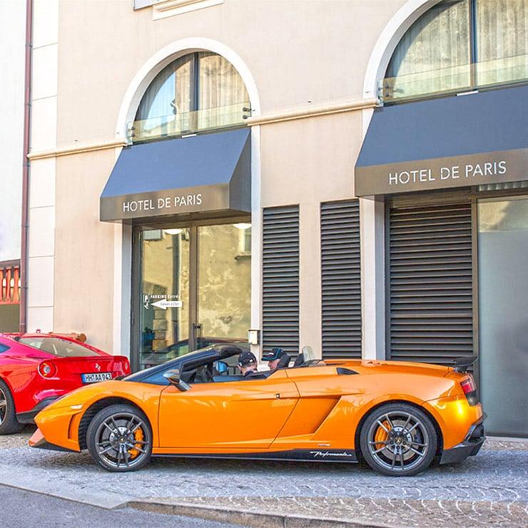 Voiture de luxe devant l'Hôtel de Paris à Saint-Tropez