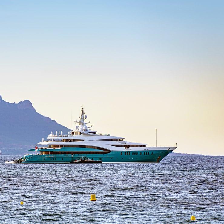 Yacht dans la baie de Cannes, Côte d'Azur, France