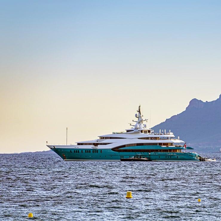 Yacht dans la baie de Cannes