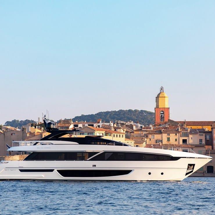 Yacht dans le port de Saint-Tropez