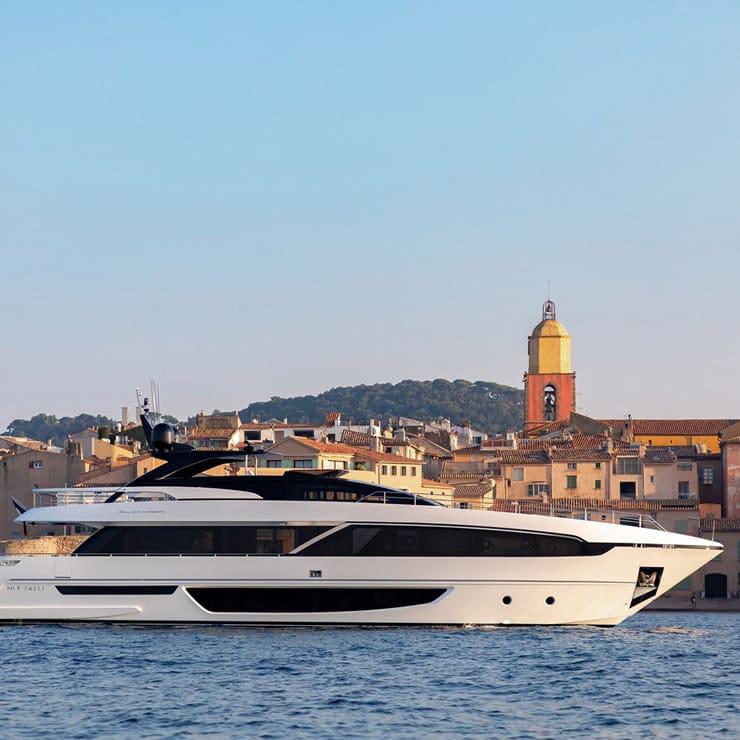 Yacht à moteur Raph Seven en croisière dans le golfe de Saint-Tropez