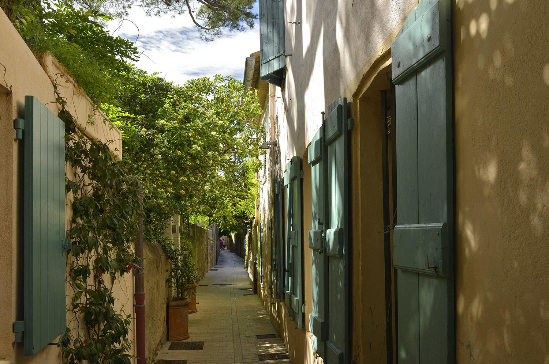 Little alley in the heart of Saint-Tropez