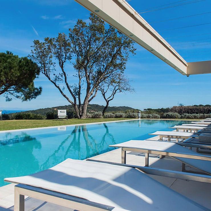 Extérieur d'une villa de luxe avec piscine à Saint-Tropez