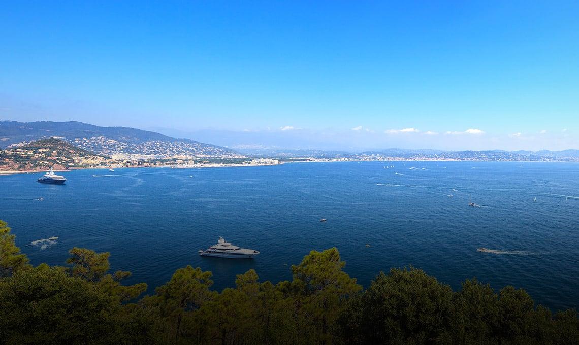 Baie de Cannes vue sur la mer avec des yachts