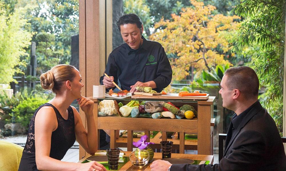 Service haut de gamme dans un restaurant japonais sur la Côte d'Azur