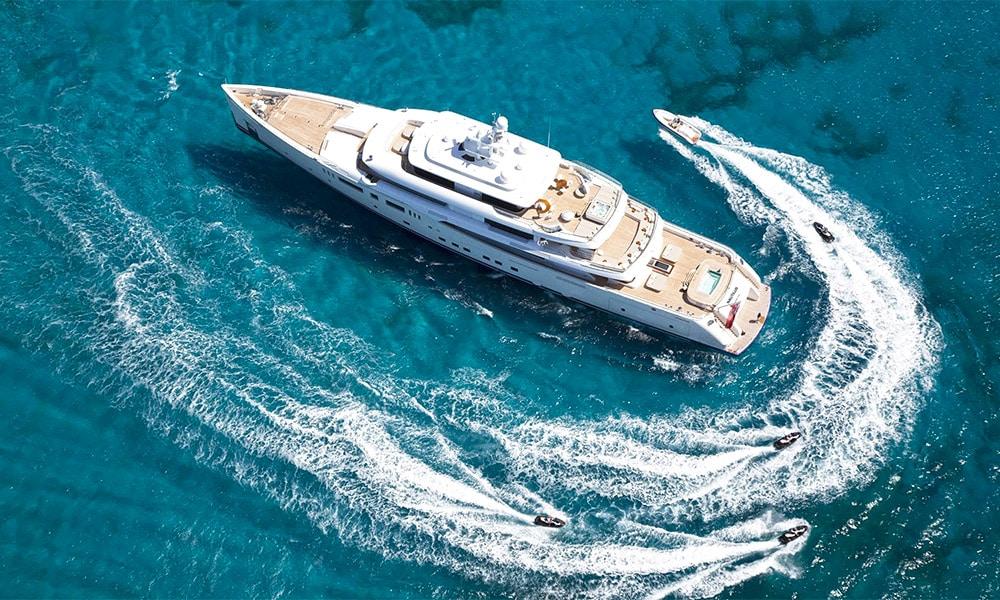 Yacht de luxe à l'extérieur saisissant
