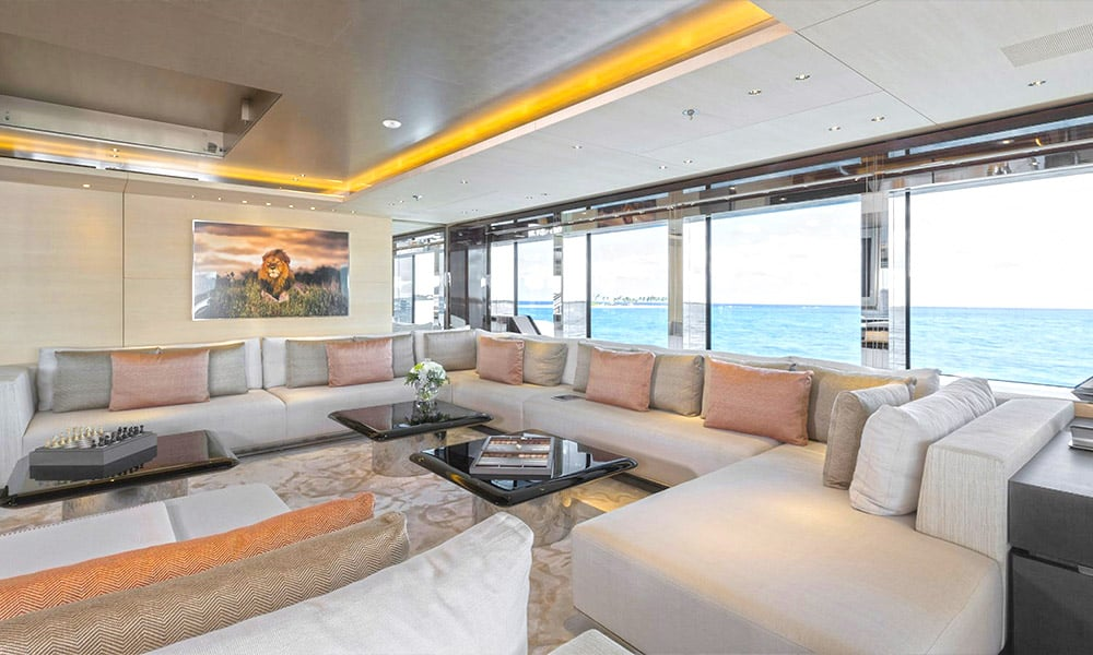 Yacht de luxe avec un intérieur moderne et raffiné
