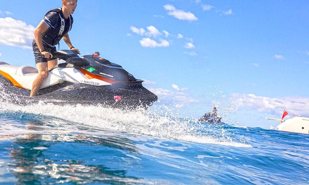 Yacht de luxe avec jouets nautiques