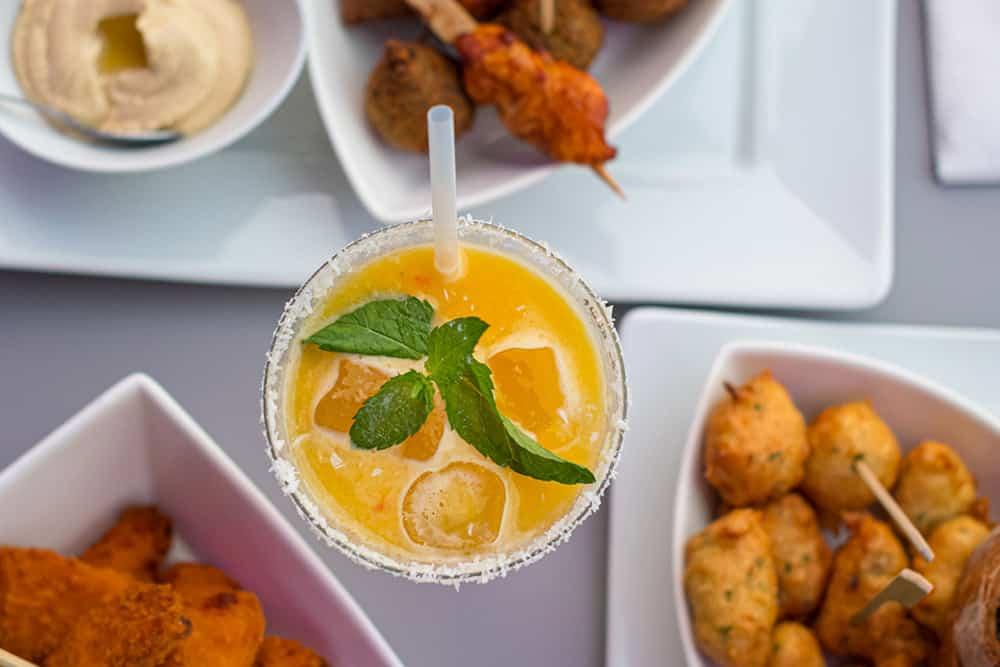 Photo d'un cocktail et des tapas au Blue Gin Monaco