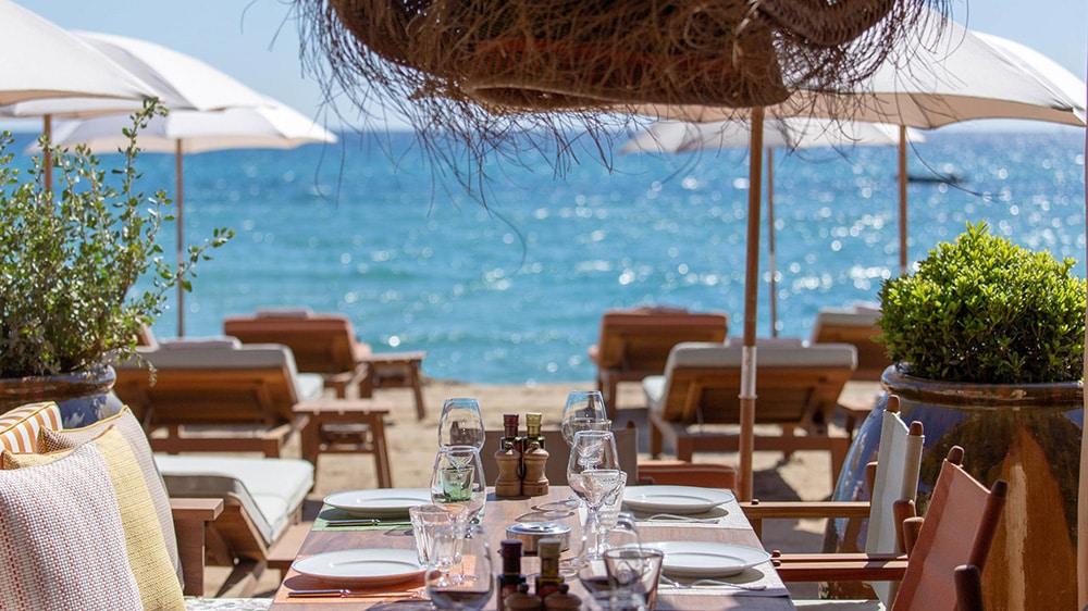 Table set and deckchairs at the private beach La Réserve à La Plage, Pampelonne