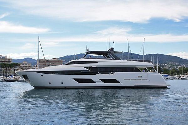 Yacht Upstream (Ferretti 920)