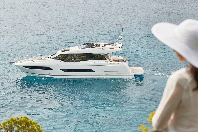 Yacht naviguant sur la Côte d'Azur