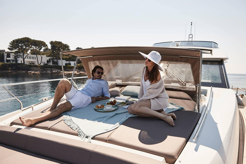 Couple prenant le petit déjeuner sur le pont avant d'un yacht
