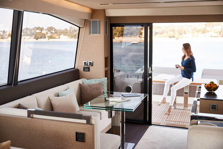 Invitée prenant un café sur le pont arrière d'un yacht