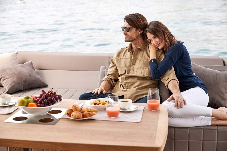 Jeune couple prenant un petit déjeuner sur un yacht