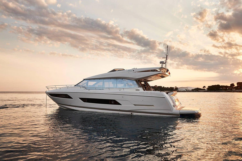 Yacht ancré dans une baie sur la Côte d'Azur